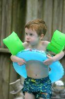 Hvordan legge til Kjemikalier til en Aboveground svømmebasseng