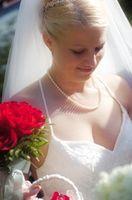 Hvordan lage en Floral Arrangement for en Bridal Arch