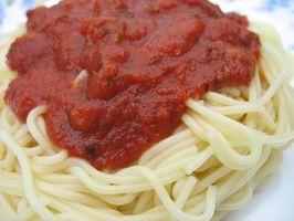 Slik fjerner tomatsaus flekker fra plast