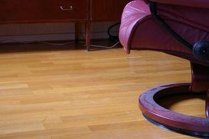 Slik beskytter Møbler Mens flytter på Hardwood Floor