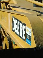 Slik feilsøker en Clutch som engasjerer Barmhjertighet på en John Tractor Deere Lawn