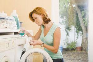 Hvordan Vask en hvit bluse med Red Trim Uten Bleeding