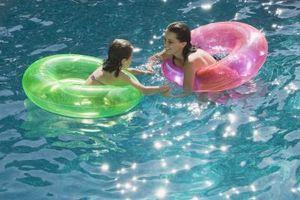 Brunalger Spots i en Pool