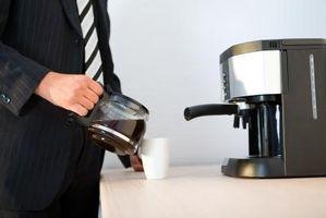 Slik fjerner Burnt kaffe fra en Decanter