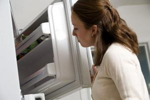 Hvordan å fjerne lukt fra en fryser