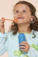Slik fjerner Barnas Bubble Fluid fra teppet