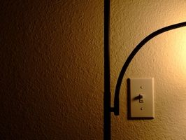 Hvordan du Wire i en Wall Switch & taklampe?