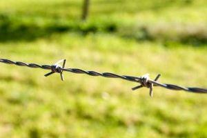 Slik installerer en Barbed Fence