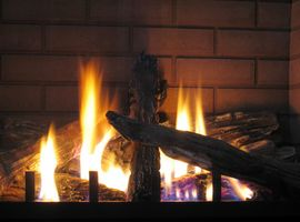 Farene ved Burning Old Wood i en Peis