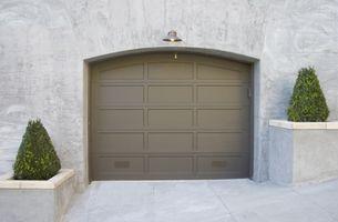 Hvordan Stram Tension Spring på en Overhead Garage Door