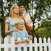 Hva slags Fence er bedre for en Ujevn Lawn?