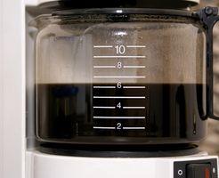 Hvordan du rengjør en dryppe kaffetrakter med hvit eddik