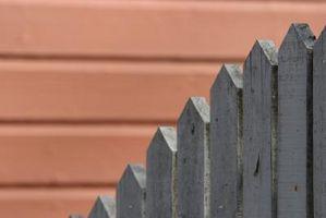 Slik installerer en Wood Fence Across en Betong Patio