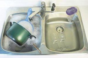Hvordan kan mengden av bakterier som finnes på kjøkken Svamper og kluter reduseres?