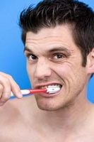 Hvordan bruke husholdningsartikler å bleke tennene dine